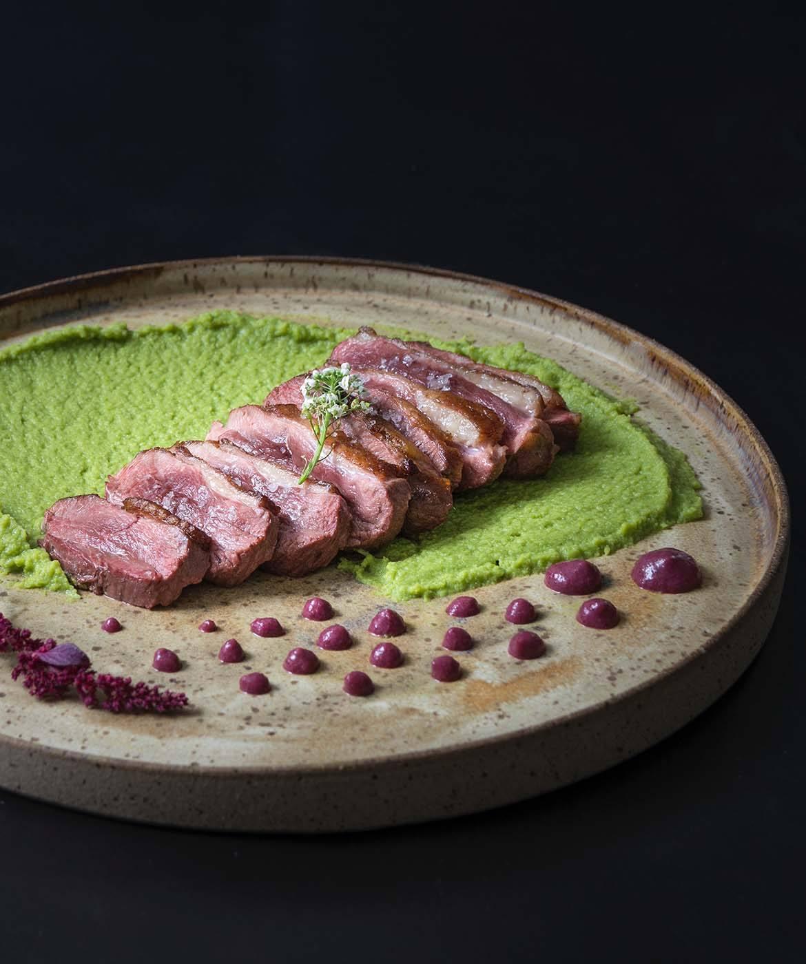 tagliata di carne su salsa verde